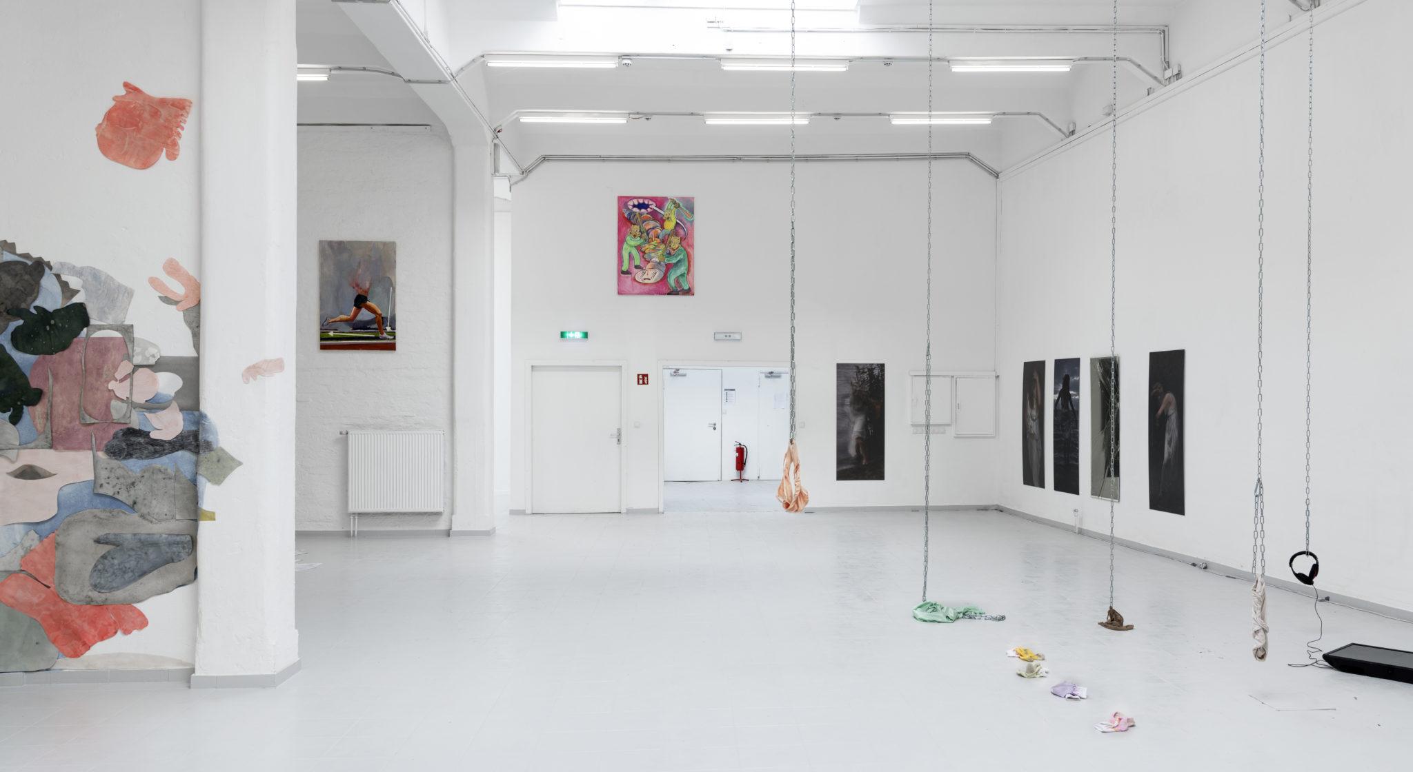Bosse Bergfeld, How to run in proper form, Öl auf Leinwand, 120 x 80 cm, 2021, Ausstellungsansicht_3