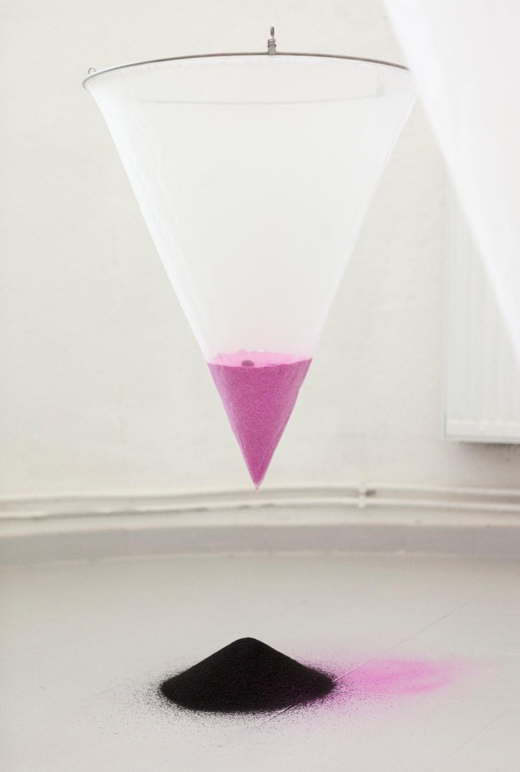 Hana Hazem - The Closet - mixed Media Installation, Siebe, Glitzer, Sand, Faden - 2021(1)