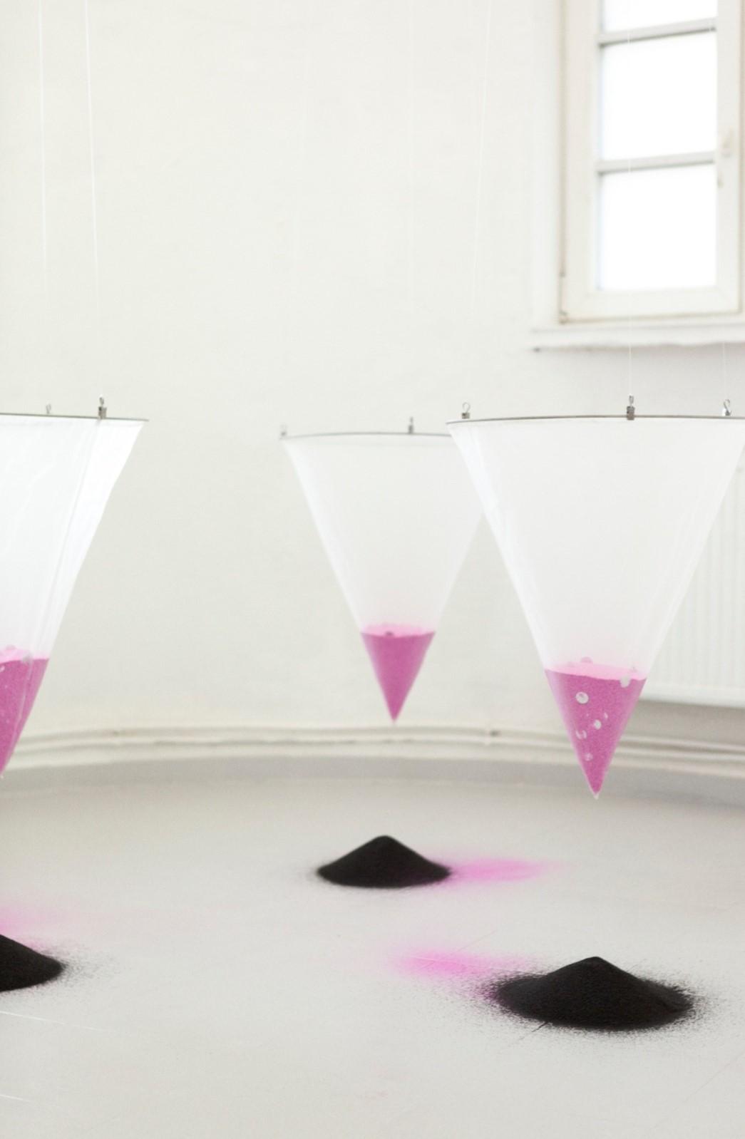 Hana Hazem - The Closet - mixed Media Installation, Siebe, Glitzer, Sand, Faden - 2021(2)