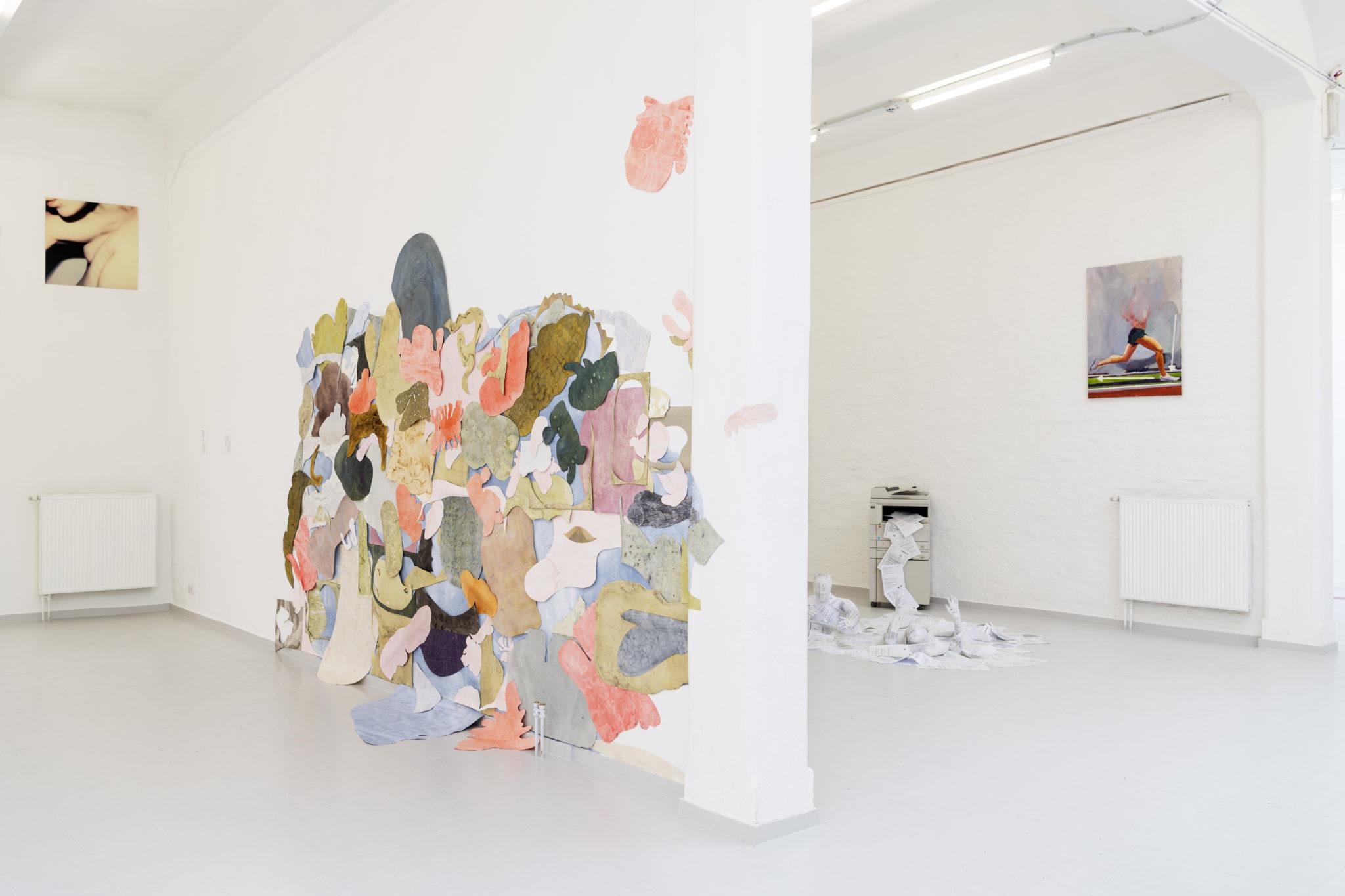 NHS Schweben2021, ca.400cmx250cm, Papier, Naturfärbemittel, Tusche, Ausstellungsansicht